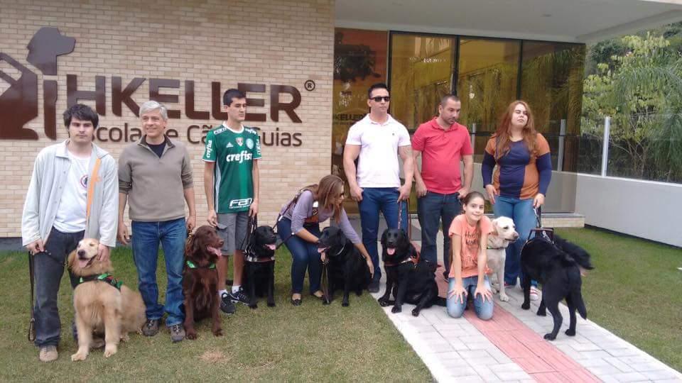 Estamos em frente a escola Helen Keller, aparecem 8 usuários com seus cães
